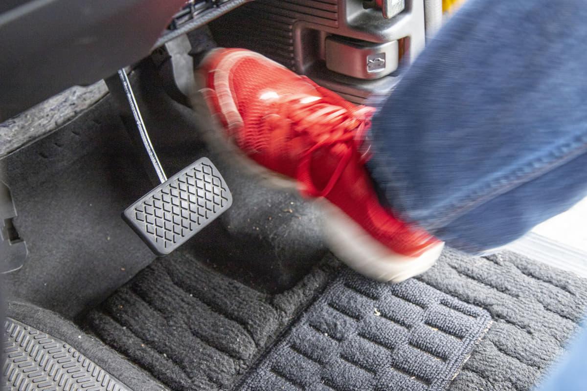 高級車が採用する「オルガン式アクセルペダル」踏み間違い事故の抑制に効果あり!