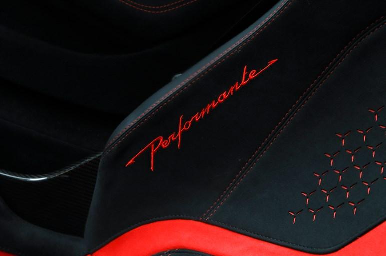 最高速325kmのオープンカー ランボルギーニ ウラカン ペルフォルマンテ スパイダー