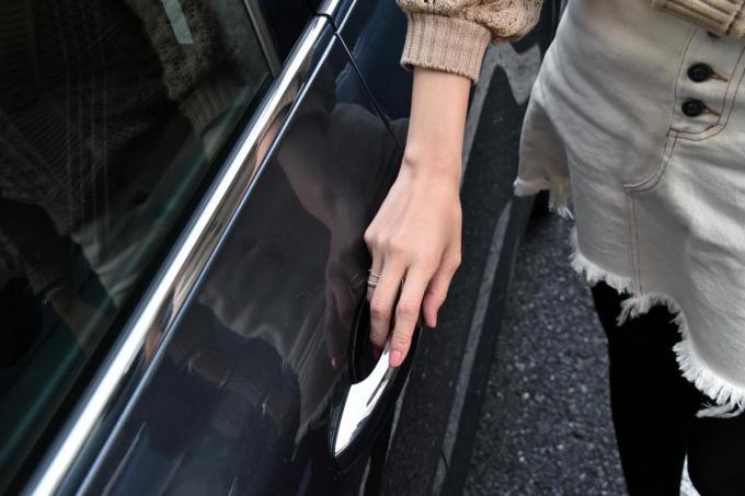 普段クルマを運転しない人に憶えておいてほしい! 同乗する時に避けるべき行為とは