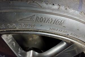 回転方向指示のあるタイヤとないタイヤの違いとは! 間違えて逆に装着するとどうなる?
