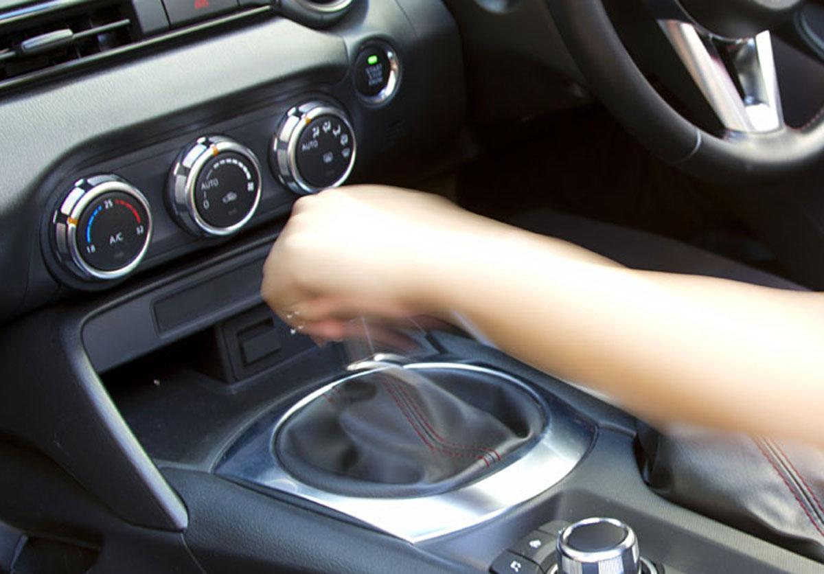 MT車は安全第一じゃない? バック時の「ピーピー音」がAT車にばかり採用されるワケ