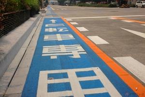 走行レーンの色分けなどカラー舗装にルールは? バイクだとスリップしやすい?