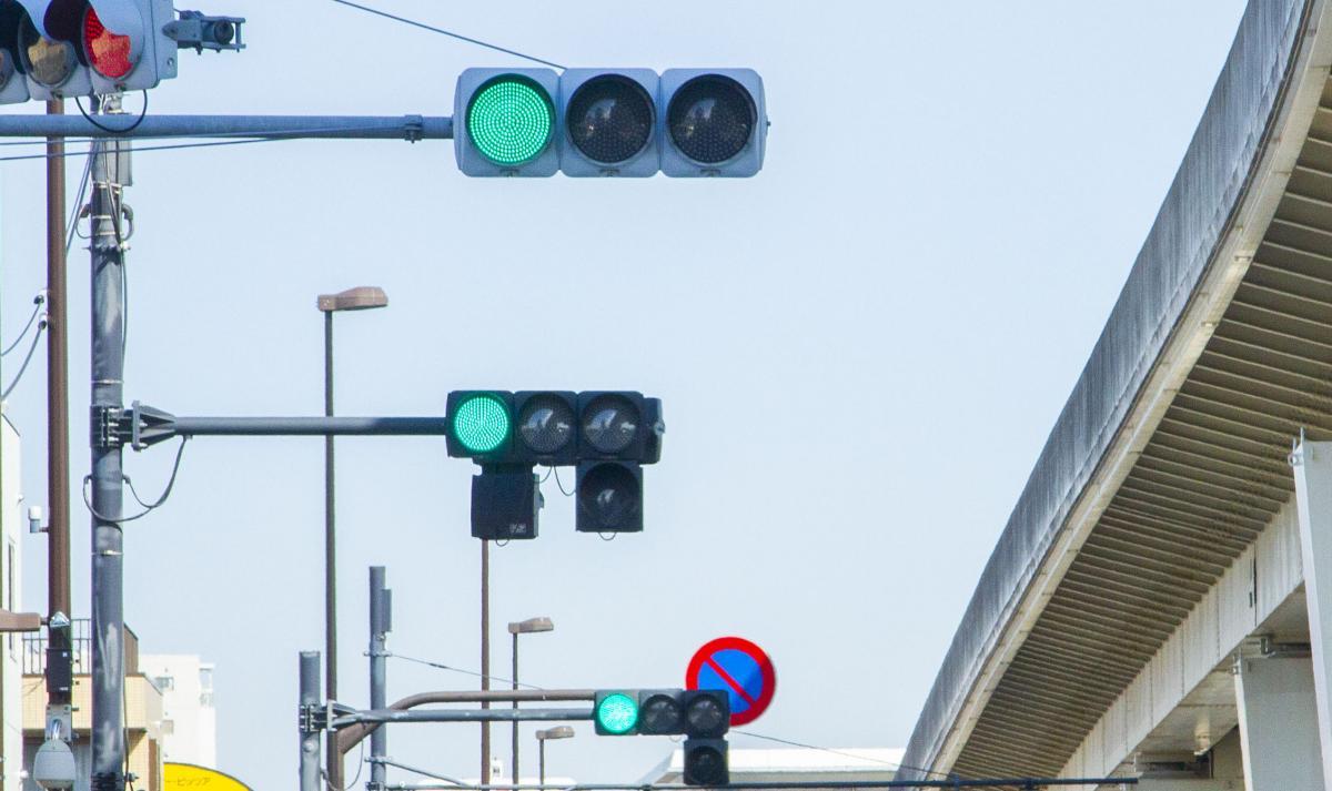 毎回捕まる赤信号や異常に短い右折信号にイラッ!  信号の制御はどうやって決まっている?