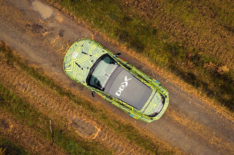 アストンマーティン初のSUVの車名は「DBX」に決定。2019年後半に発表 プロトタイプの走行映像も公開