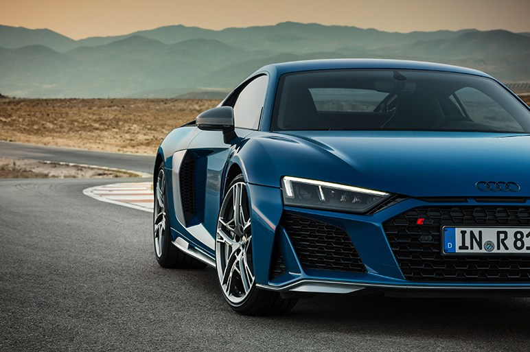 アウディ、本格スポーツR8の改良モデルを披露。約50%のパーツをレースカー仕様と共有