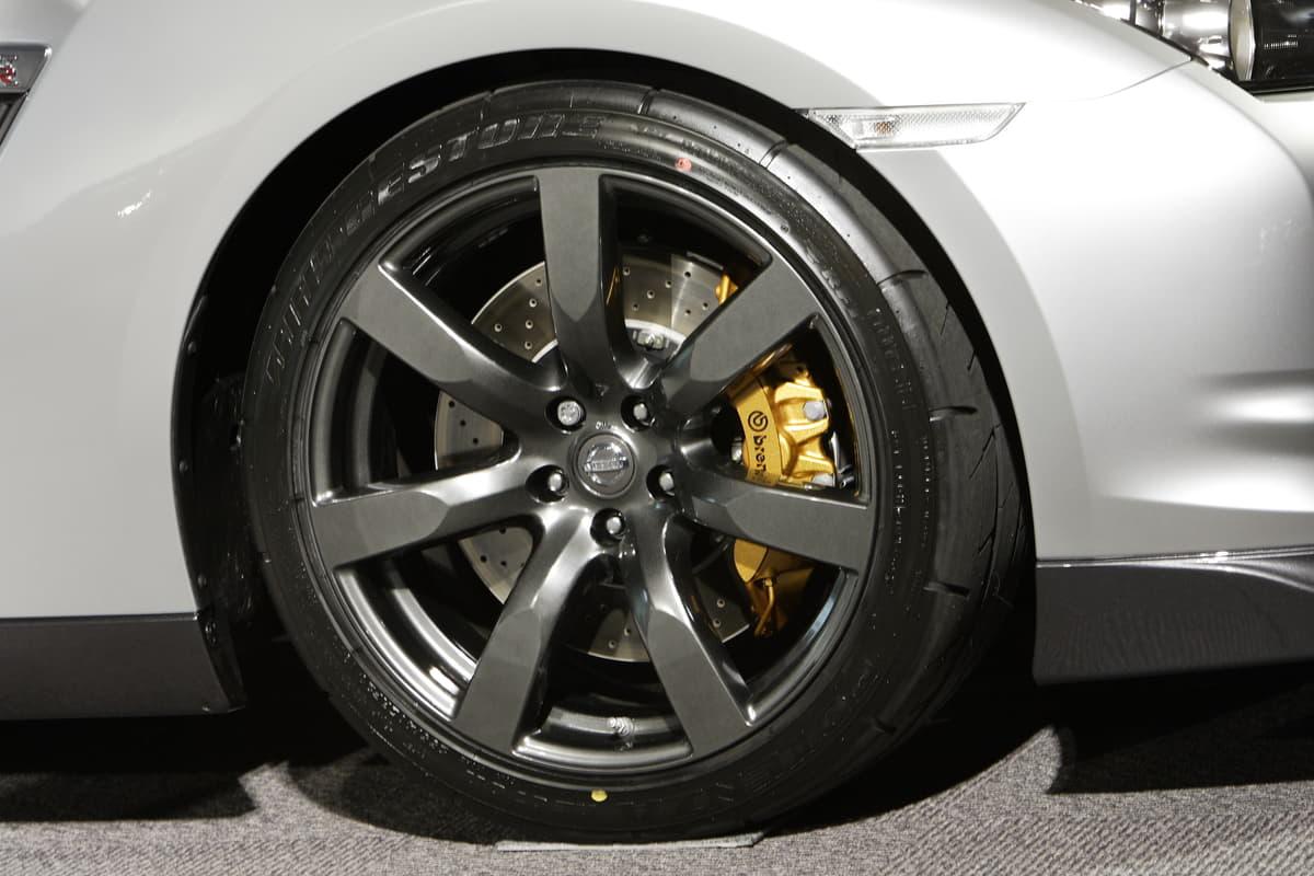高性能車に採用されているブレーキローターの「穴」や「溝」のメリットとは?