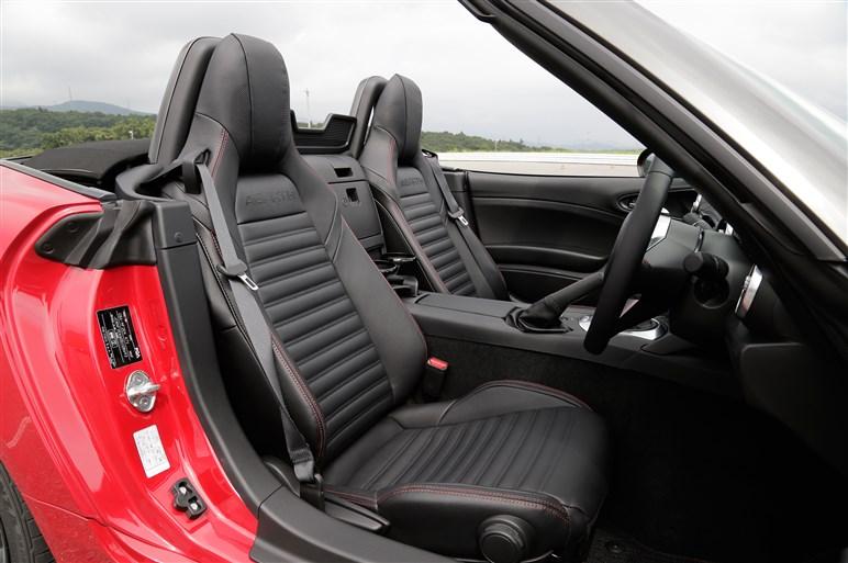 アバルト124スパイダー試乗速報。ロードスターと走りはどう違うのか?