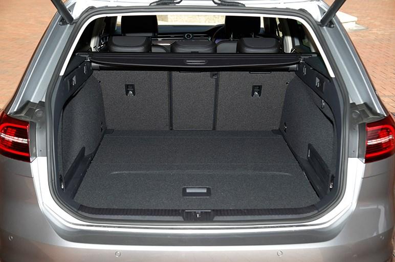 VWパサートにパワフルさが魅力のディーゼル追加。選択肢があることが重要