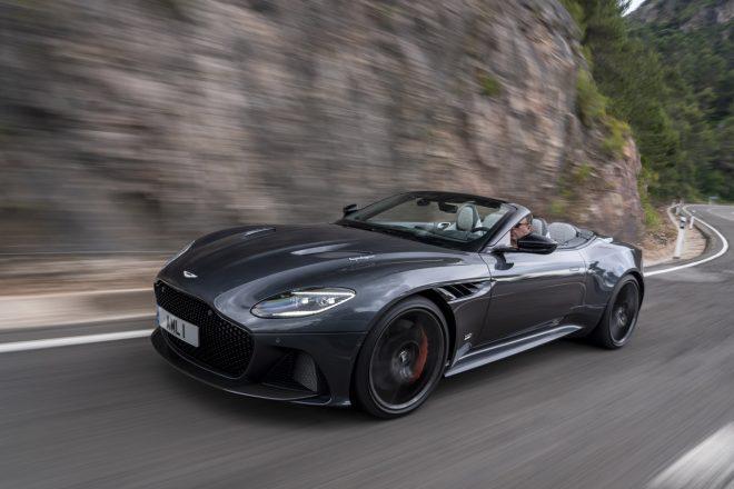 725馬力の英国オープンで『007』を気取る、アストンマーティンDBSスーパーレッジェーラ・ヴォランテ/最新スーパースポーツカー試乗レポート