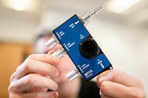 メルセデスF1チーム、製造拠点を医療機器製造にフル活用。新型コロナ危機に対し名門大学UCLと開発の呼吸補助装置を生産