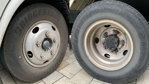 トラックの前輪ホイールはなぜ凸で、後輪はどうして凹んでいるのか?