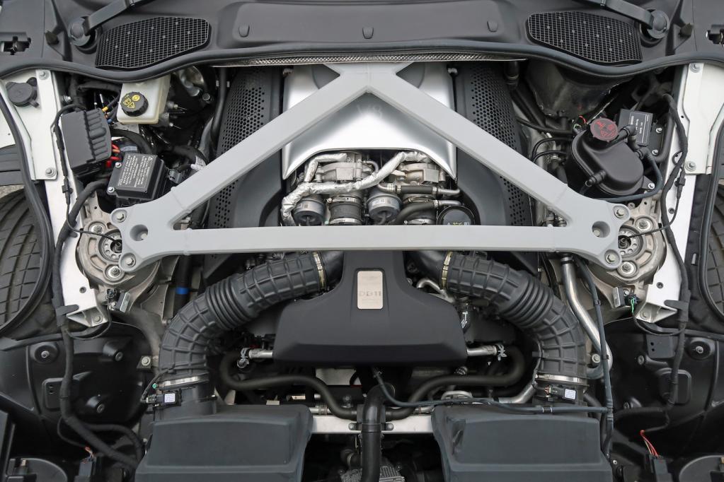 AMG製V8ツインターボ、いいじゃないか! 乗り心地もジェントル。DB11 V8の世界観に圧倒された:アストンマーティンDB11 V8