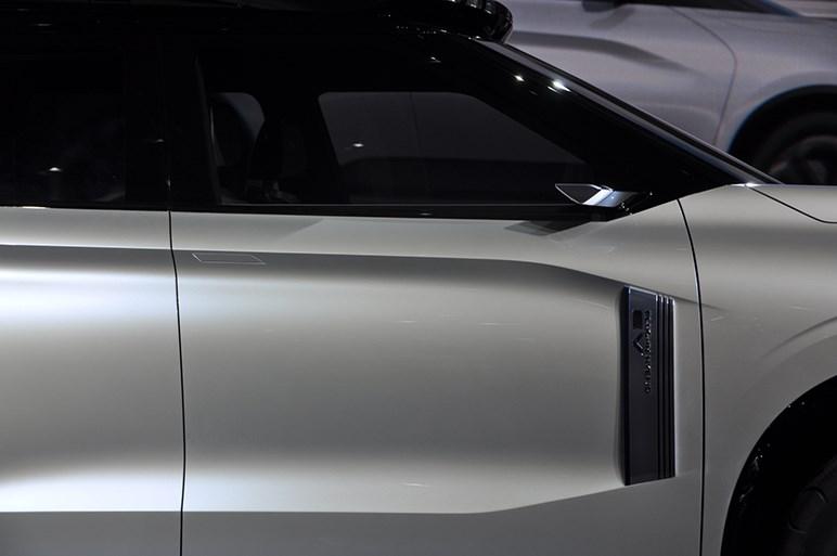 三菱のPHEVコンセプト、エンゲルベルクツアラーは力強い最新フェイスと上質感にも注目