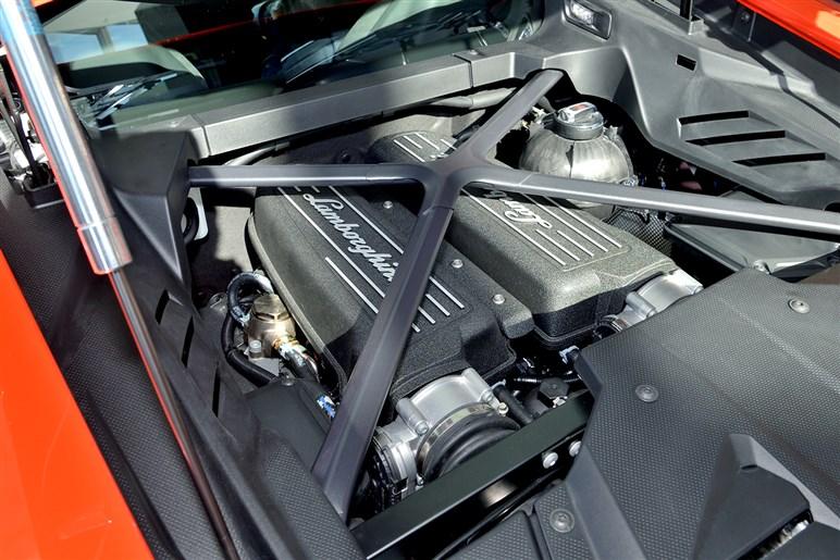 ランボルギーニ、ペルフォルマンテのエンジンを積むウラカンEVOを日本初披露