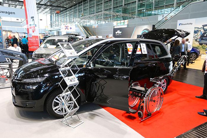 欧州最大の福祉機器展「REHACARE(リハケア)2018」で見つけた! 独創的なムーブで車いすをラゲッジに収納するロボット「Robot R11(ロボット R11)」