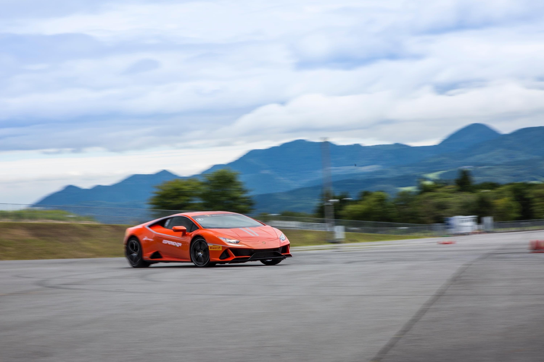 自然吸気V10を操る歓びはドリフトで! ランボルギーニ ウラカンEVO試乗記