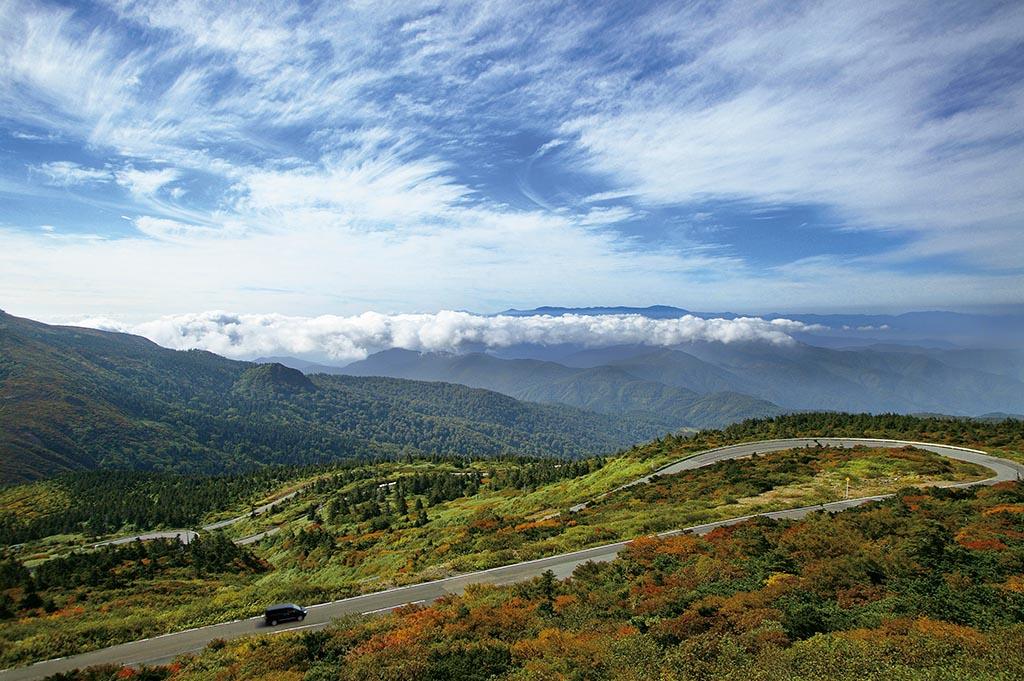 みちのくの脊梁山脈中央分水嶺の山並みをゆったりと横切っていく道(山形県 蔵王エコーライン)【雲海ドライブ&スポット Route 17】
