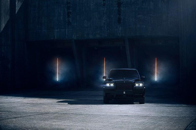 ロールス・ロイスのSUV「カリナン」に頂点グレードのブラックバッジ登場。塗装からして異世界