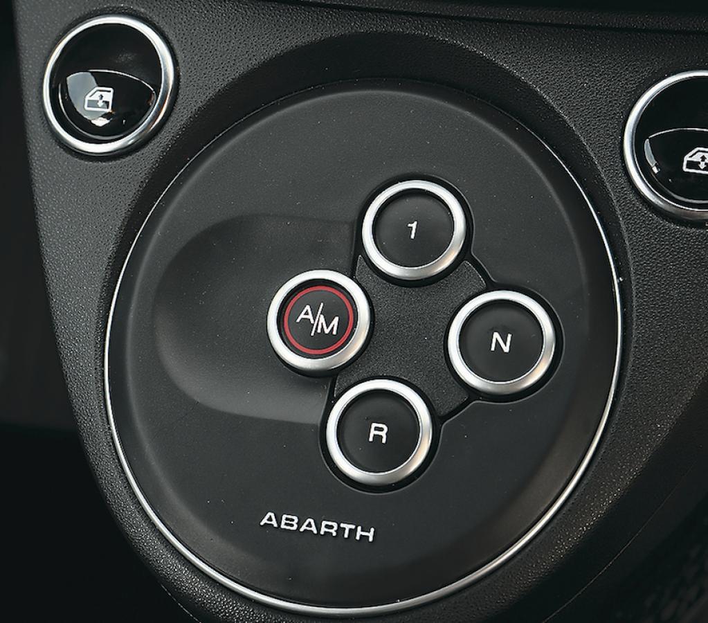 〈アバルト595〉今や希少な典型的ホットハッチ!【ひと目でわかる最新スポーツカーの魅力】