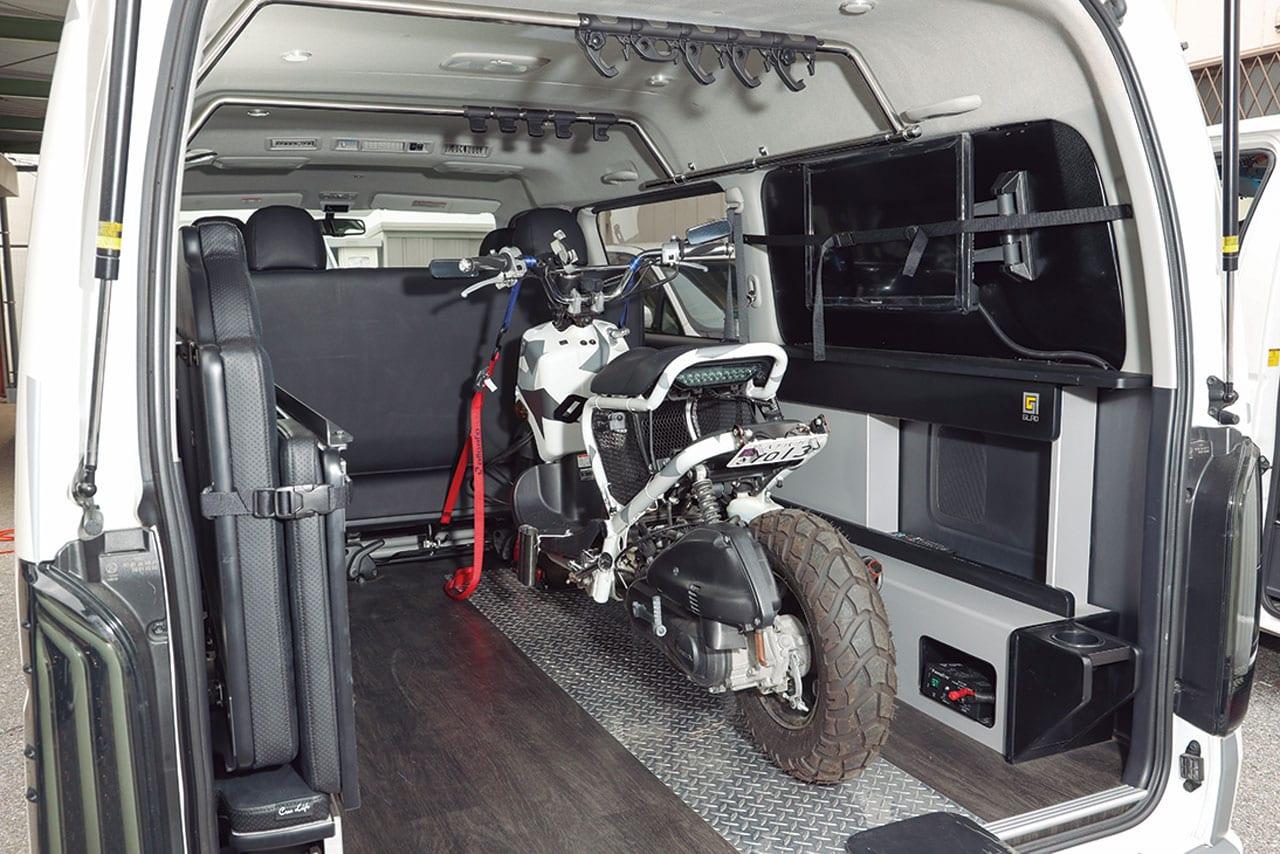 ラン&ガンは機動力抜群の釣り仕様。車中泊もできるよ|200系ハイエース カスタム