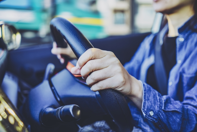 今年の新成人の運転免許保有率は56.4%、マイカー所有率は14.8%、車の購入予算は平均184万円