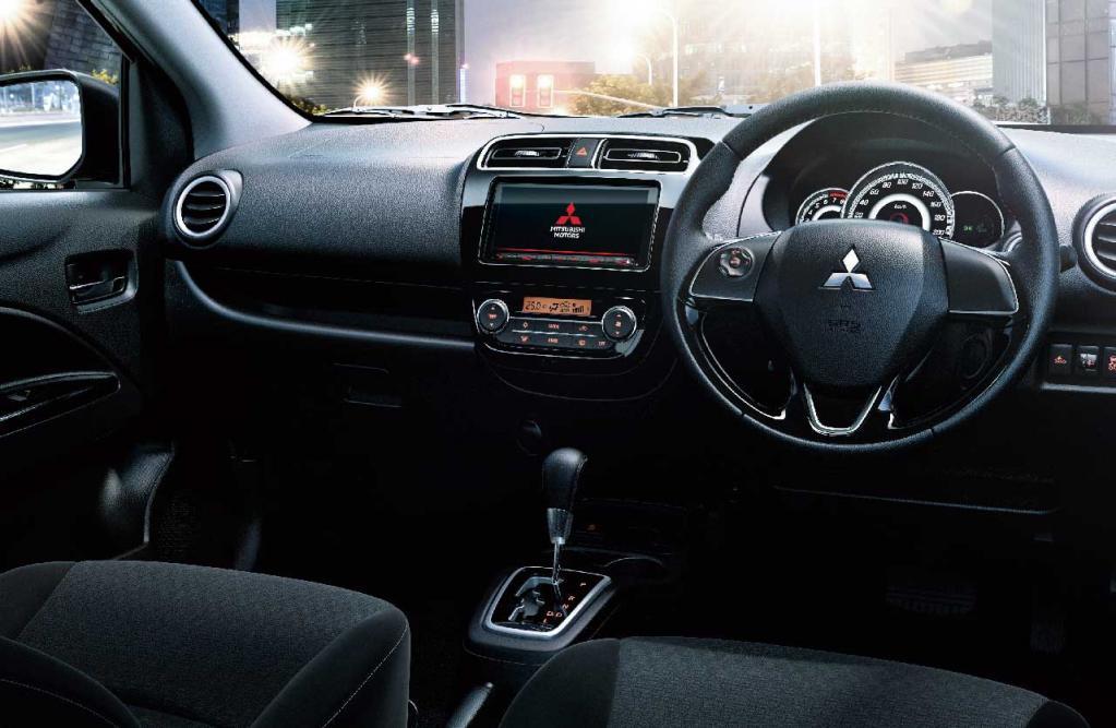 三菱ミラージュが一部改良により後席中央のヘッドレストを標準装備