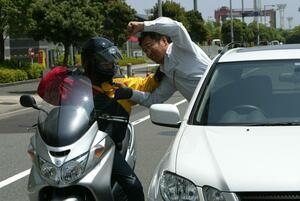 バイクのすり抜けってあり? 違法じゃなくても警察や自動車学校教官は否定的
