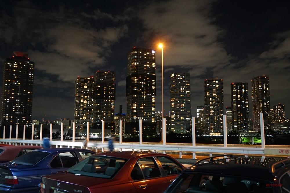 【夜景の名所、突如出現】首都高の辰巳PAに出現 ナゾの構造物、防音壁? 実は違った 設置の裏側