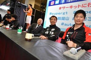 SUPER GTブースの現役レーサー・サイン会に板東GTA代表が飛び入り参加【大阪オートメッセ2020】