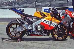 【MotoGP創成期(1)】WGPからMotoGPへ「4サイクル990cc時代の初代GPマシンたち」<HONDA RC211V 編>-2002年-