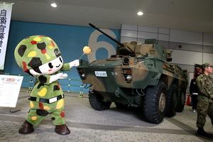 """大阪オートメッセに「自衛隊車両」出現! """"機関砲""""を装備した特装車の正体とは"""