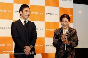 佐藤琢磨、実母と共演した新TVCM発表会に登場。完成直後の2020年レーシングスーツも初披露
