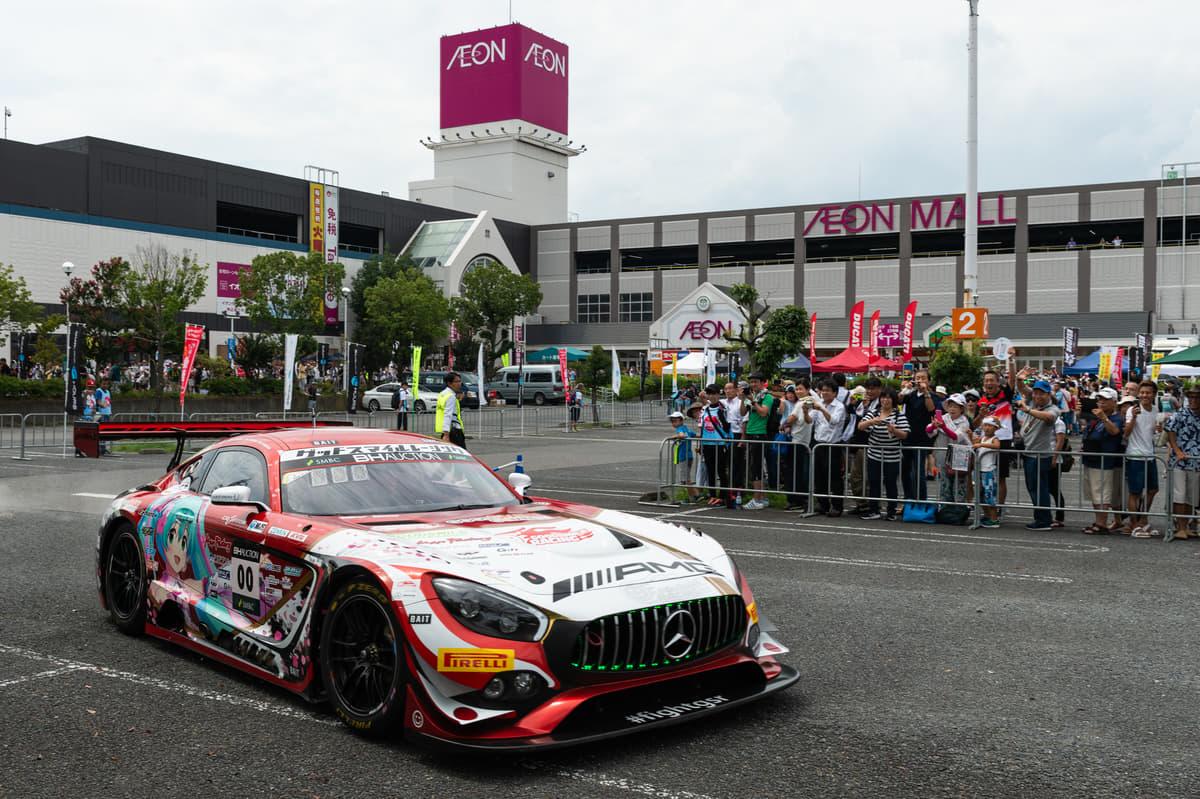 『モータースポーツ都市宣言』を掲げる三重県鈴鹿市でGTレースカーが公道をパレードラン!