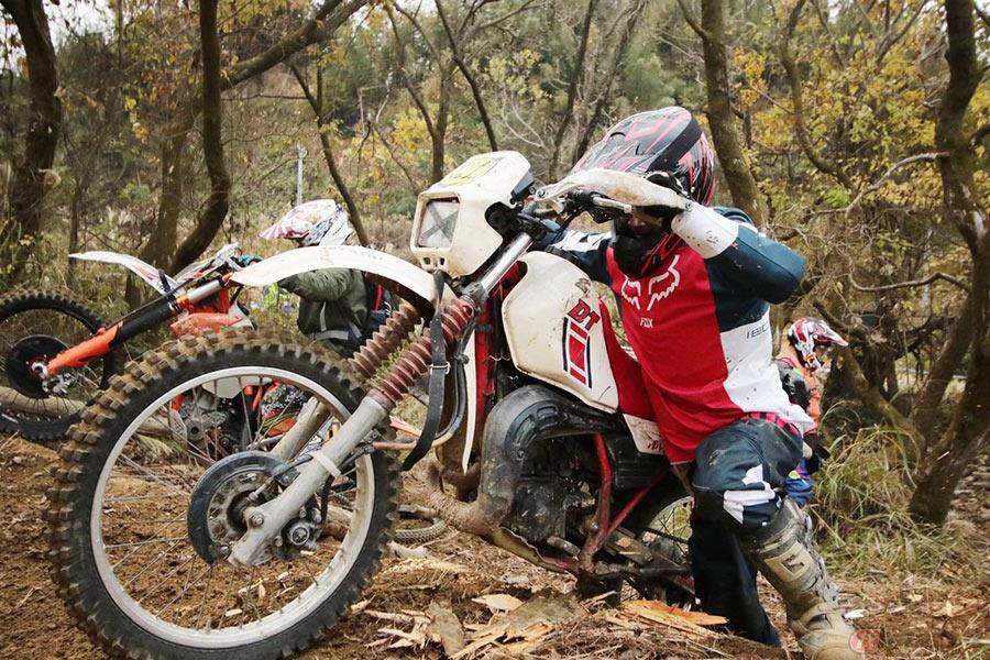 岩場も公道も走るオフロード競技 「エンデューロ」バイクの特徴とは?