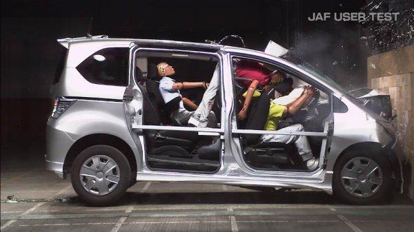 【未だに装着率4割以下!!】なぜ後席シートベルト定着せず?? 危険すぎる未着用の罠