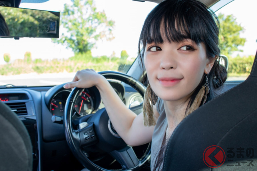 危ないからやめて! 運転中の女子がやりがちなNG行為3選