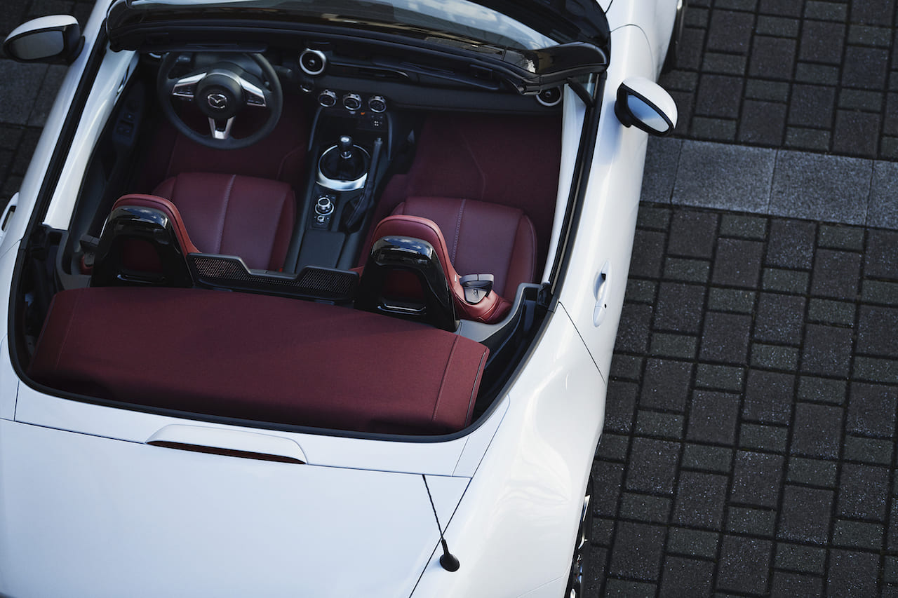 マツダ、全車種に赤内装を採用した100周年記念車を設定。現代に蘇るR360の2トーン配色