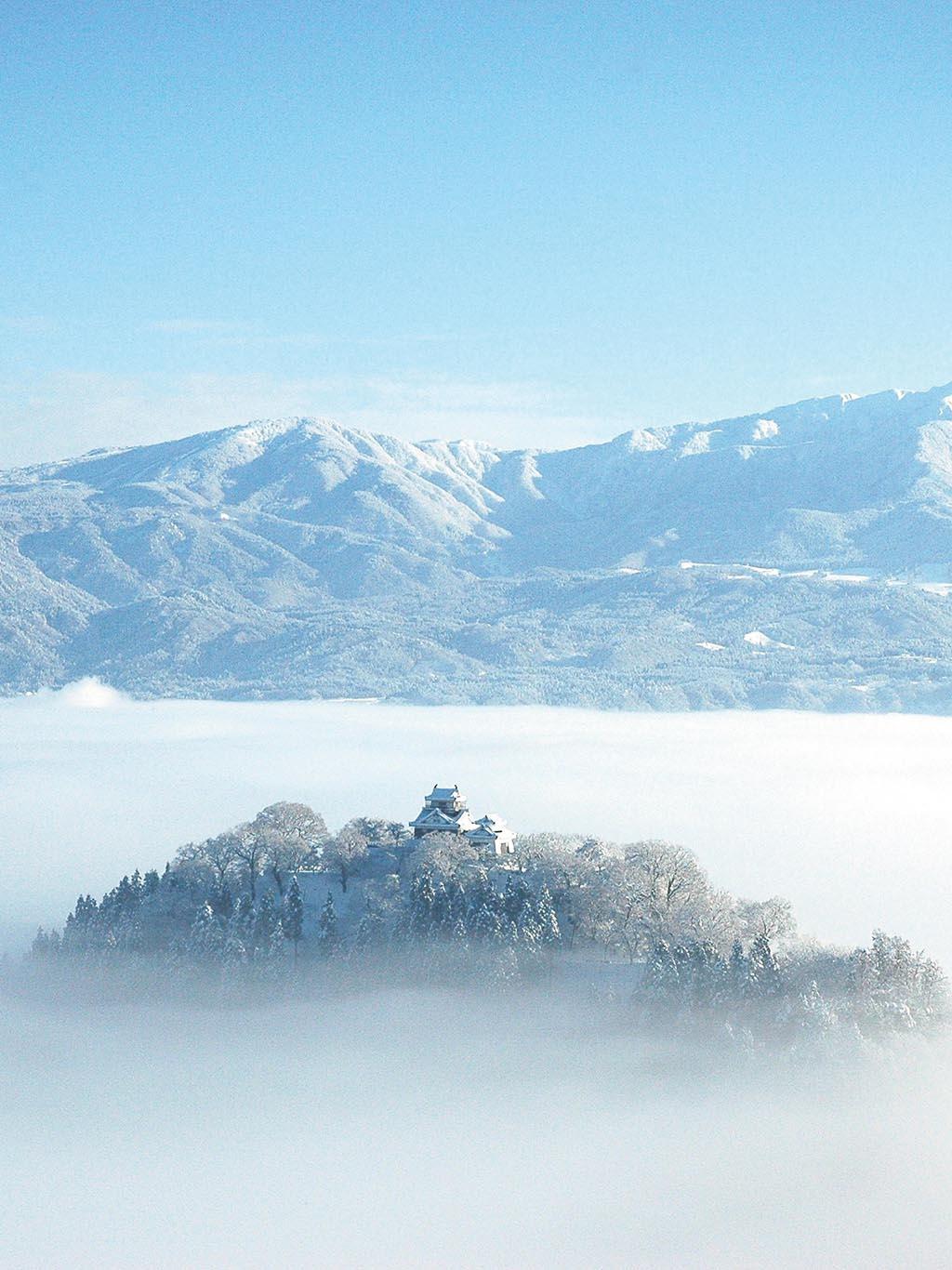 盆地を埋め尽くす雲海に天空の城が浮かび上がる(福井県 越前大野城)【雲海ドライブ&スポット Spot 53】