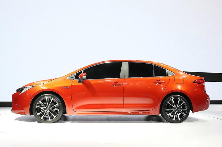 トヨタ、新型カローラセダンを世界初披露