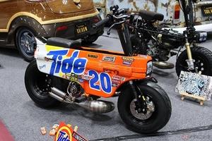 ただならぬオーラを放つホンダ「モトコンポ」カスタム 雰囲気はまさに「NASCAR」を走るレーシングカー