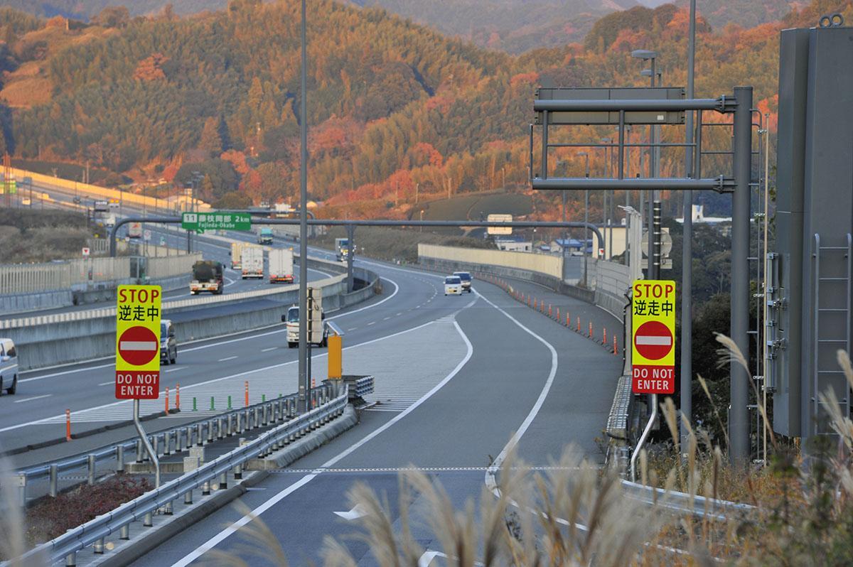 最近の高速道路のSA・PAの駐車枠が斜めになっている理由とは?