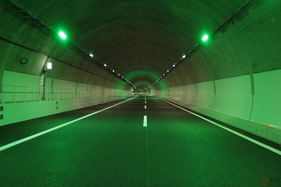 渋滞対策で増える「ペースメーカーライト」 なぜか日本初導入の新名神だけが一時停止?