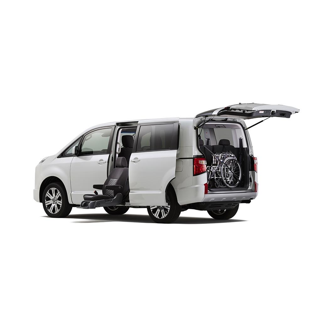 三菱、新型デリカD:5に「サイドムービングシート仕様車」を設定