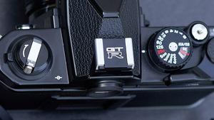 「GT-R仕様のカメラアクセサリーって何事!?」日産監修のRバッジ刻印ホットシューカバー誕生!