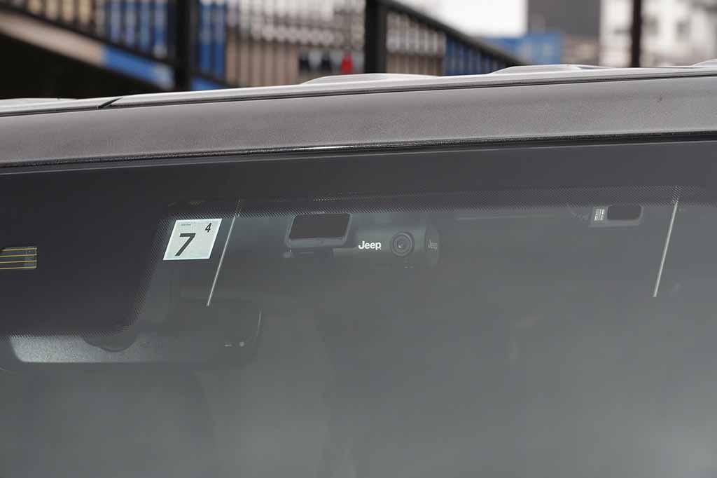 FCAジャパンから最新の機能を備えたスタイリッシュなドライブレコーダーが発売!