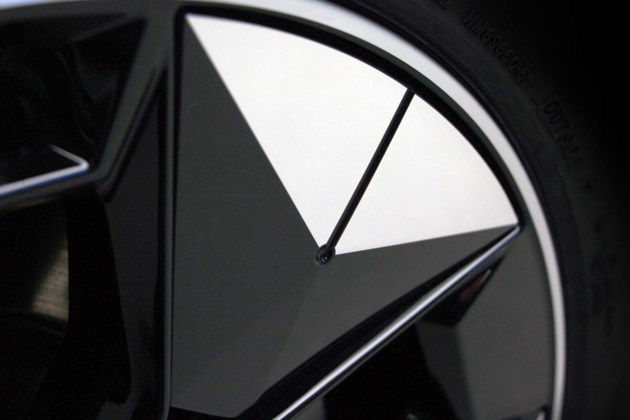 """プラスチック製インサート装着ホイールで""""電費""""を2%削減!? BMWが年内に発表する新型EV「iX3」に採用するエアロダイナミックホイールを公開!"""