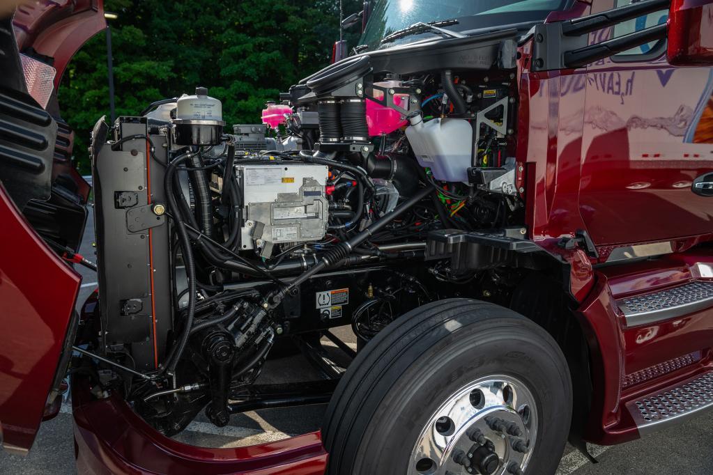 トヨタ、米国で燃料電池大型商用トラックの改良型を公開