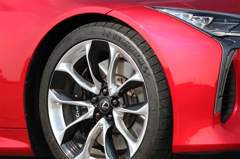 レクサスLC500試乗 小型SUV「UX」に大型クーペ「LC」の乗り味が継承されている