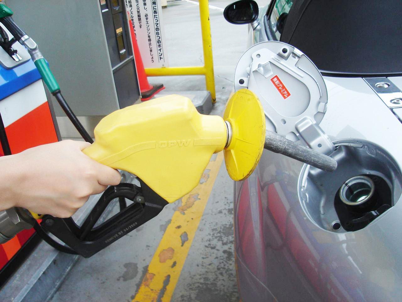 【くるま問答】ガソリンの給油口は、なぜクルマによって右だったり左だったりするのか