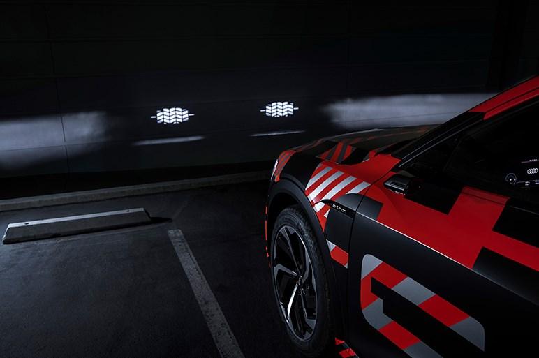 未来のヘッドライトが想像の斜め上。130万枚のマイクロミラーを使うアウディの新技術とは?